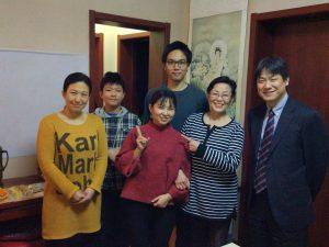 30日の夕食時の記念写真①(左から杨乐さん、その息子さん、弊社カスタマーサービスの尤俊鹏、川添さん、杨乐さんの母、小室さん)